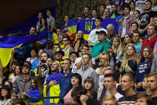 Гаряча підтримка у матчі Україна - Словенія (Відео)