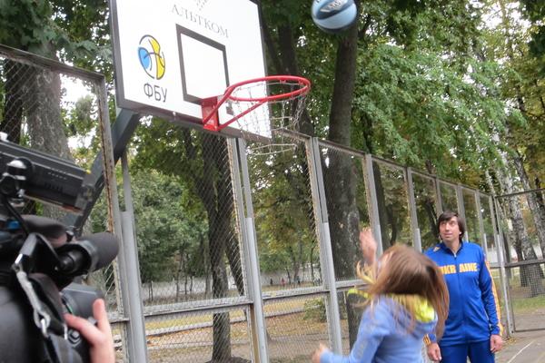 Свято відкриття баскетбольних конструкцій на Нивках: я закину більше!