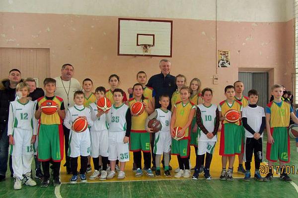 Діти з Марганця отримали баскетбольні м'ячі від ФБУ