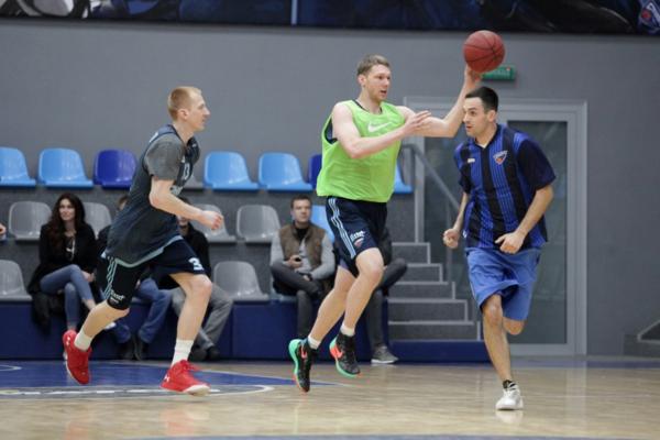 Баскетболісти Дніпра провели товариський матч з фанатами: відео