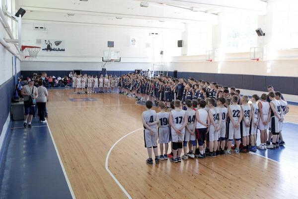 Дніпро завітав з подарунками до юних баскетболістів