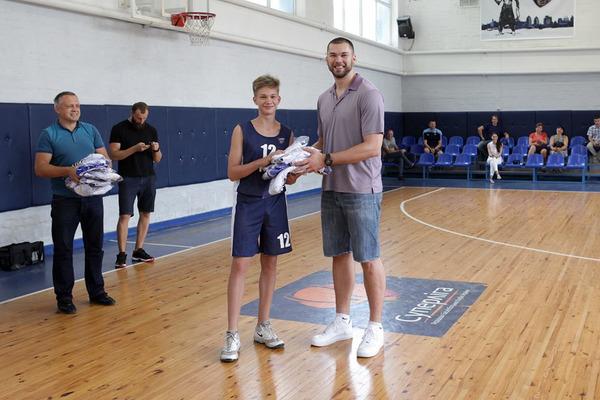 Капітан збірної України відвідав рідну баскетбольну школу