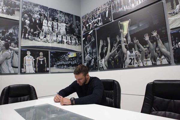 Дніпро підписав нові контракти з трьома виконавцями