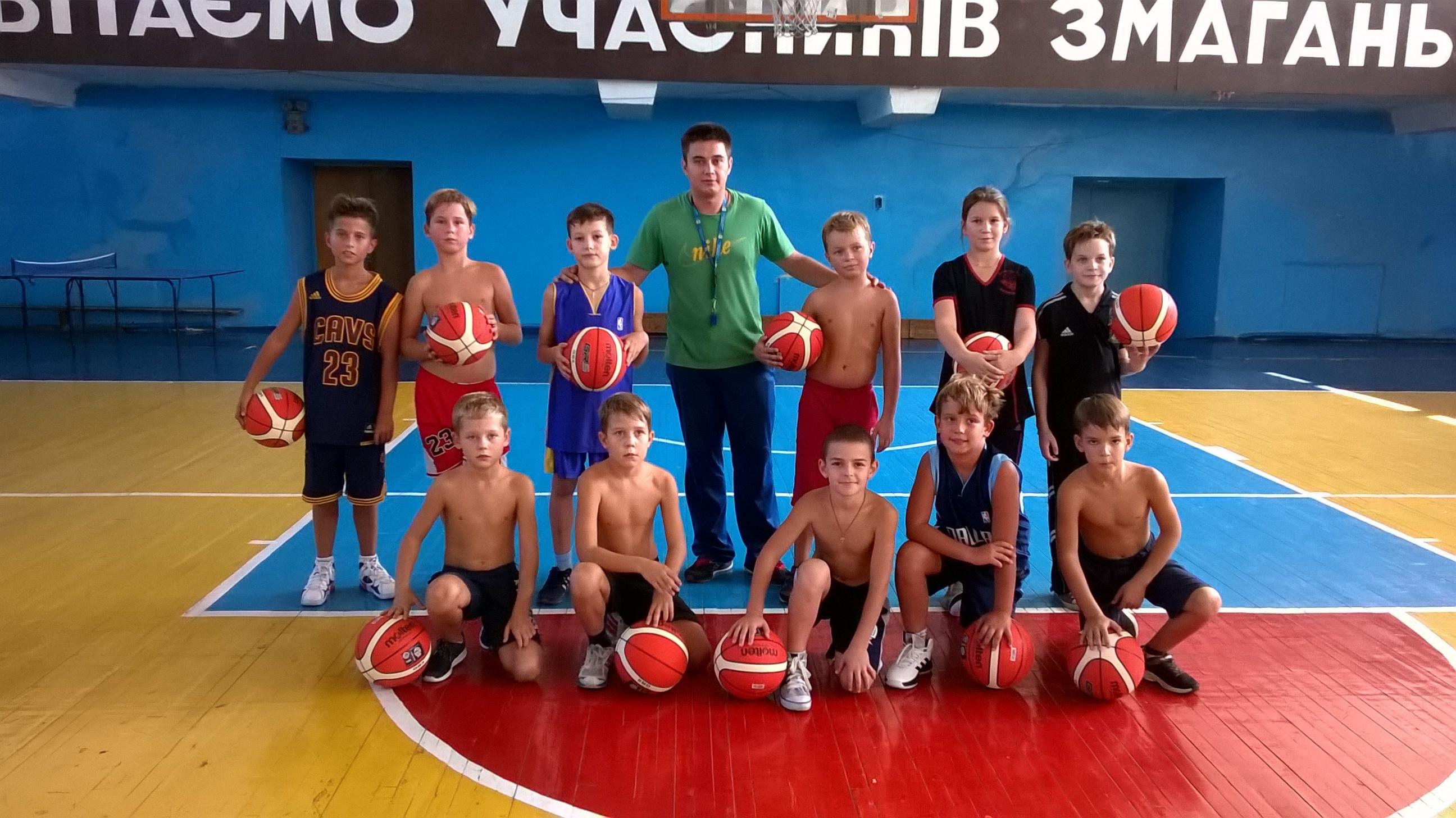 Юні баскетболісти з Дніпра отримали м'ячі від ФБУ