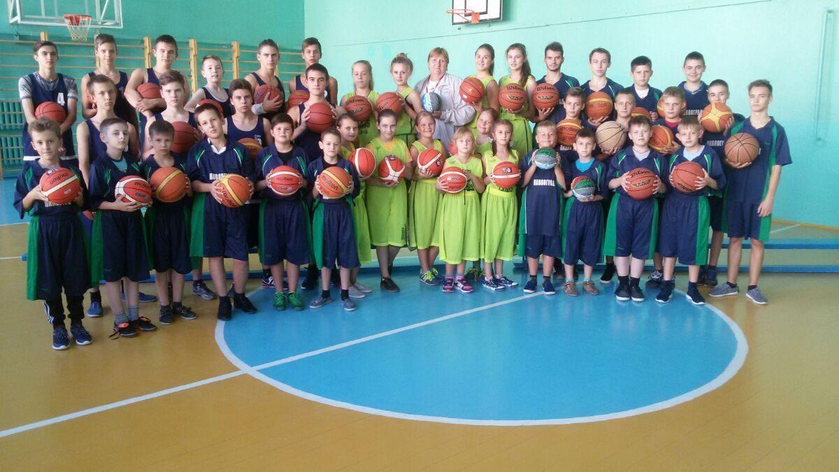 Павлоградські школярі отримали м'ячі від ФБУ