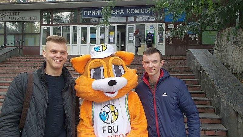 Талісман ФБУ запросив студентів на поєдинок Суперліги Парі-Матч
