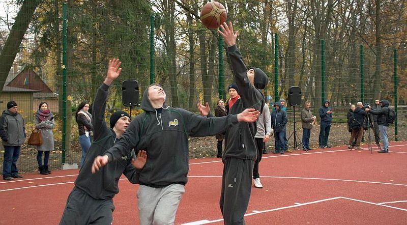 Івано-Франківськ отримав сучасний баскетбольний майданчик: фото
