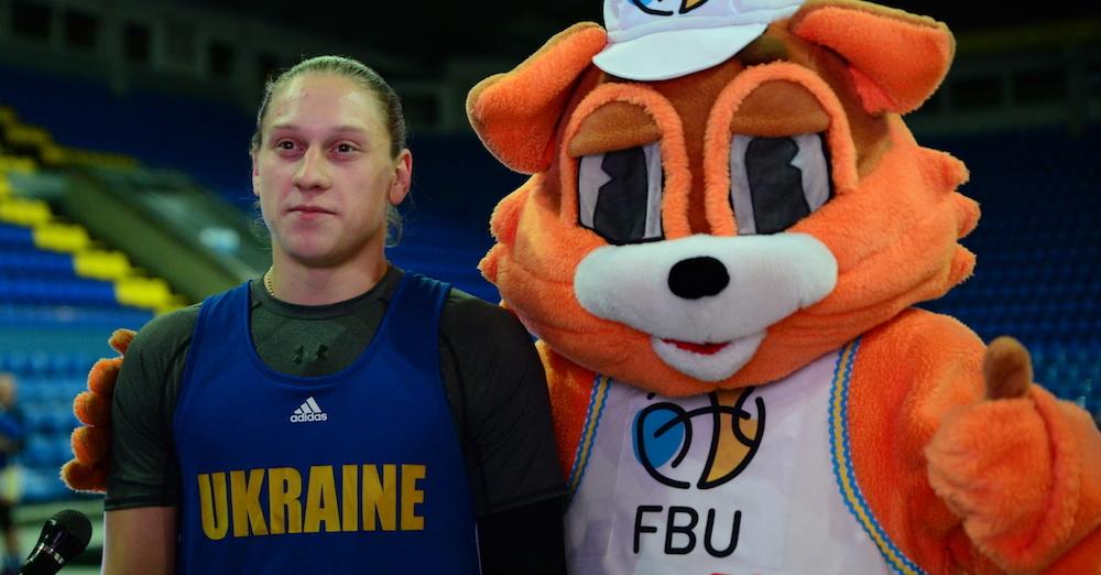 Яліна Ягупова і талісман ФБУ закликали підтримати збірну України