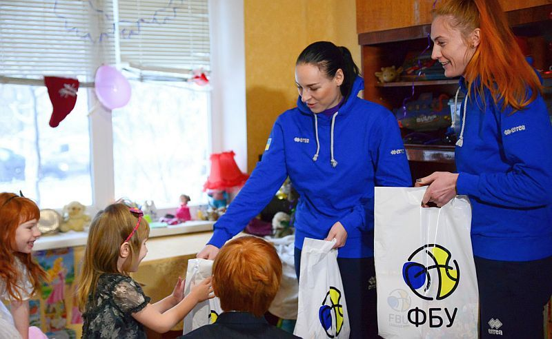 Гравці збірної України привітали багатодітну родину: фотогалерея