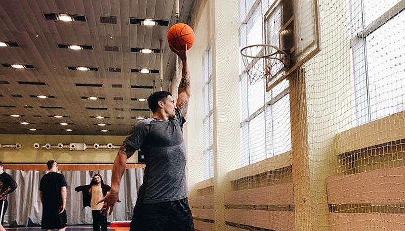Уславлений український боксер-чемпіон приборкав баскетбольне кільце