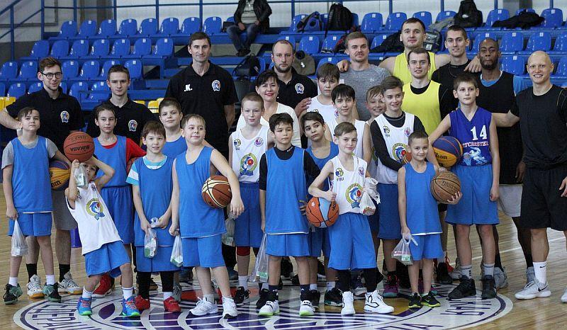 Професіонали взяли участь у дитячому баскетбольному таборі