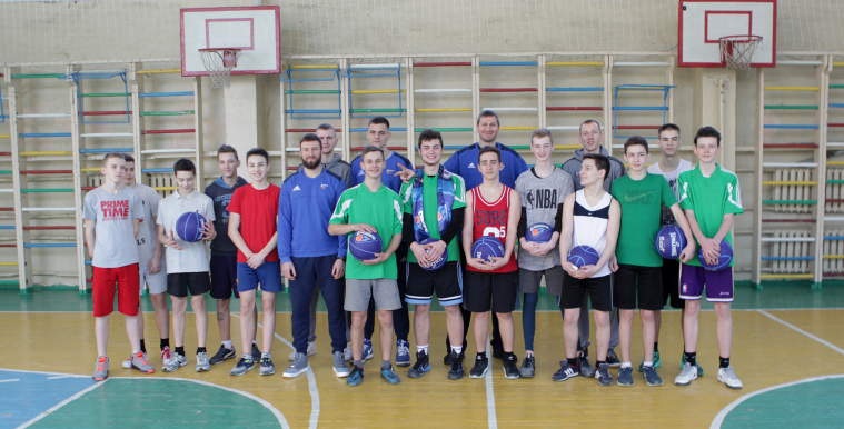 Дніпро подарував м'ячі учасникам місцевої шкільної ліги