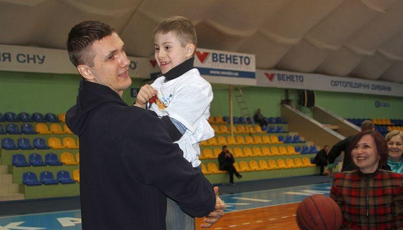 Баскетболісти Черкаських Мавп відвідали сонячних дітей