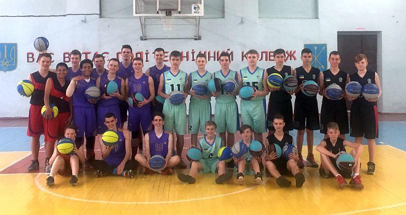 Баскетболісти Хмельниччини отримали 80 м'ячів