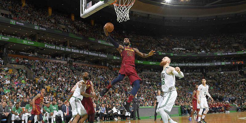 Найкращі данки зіркового Леброна Джеймса за сезон в НБА: відео