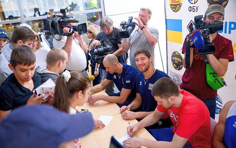 Уболівальники взяли в облогу збірну України: фотогалерея