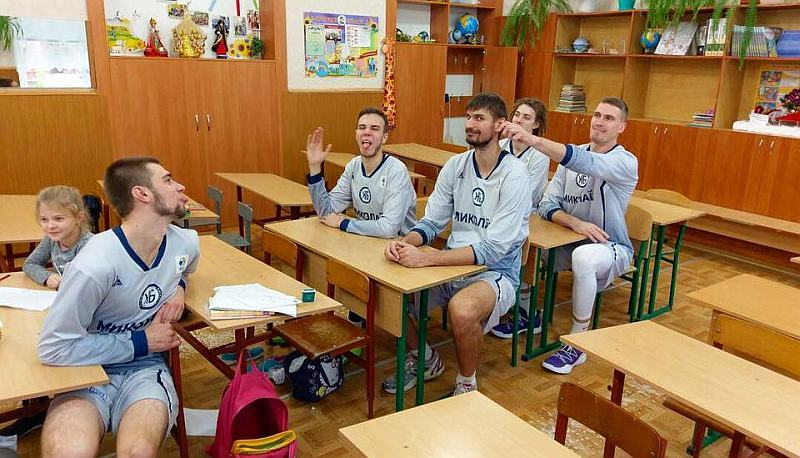 Команда Вищої ліги завітала до школярів: фотогалерея