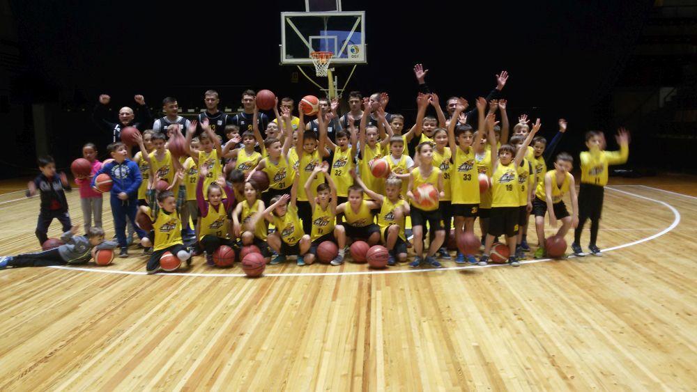Діти з Академії Київ-Баскета отримали нову форму