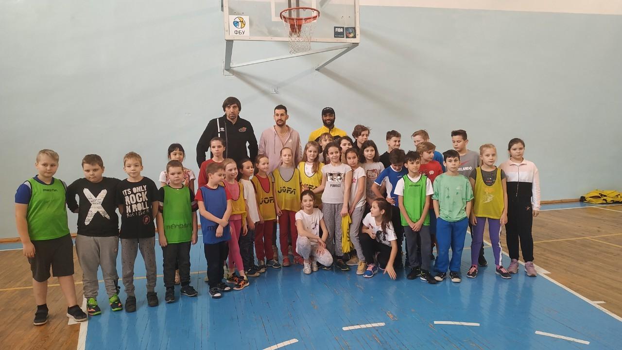 Олімпійський баскетбольний урок у столичній школі