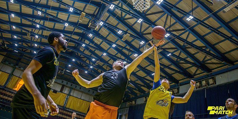Тренування з зіркою: відео матчу баскетболістів з журналістами