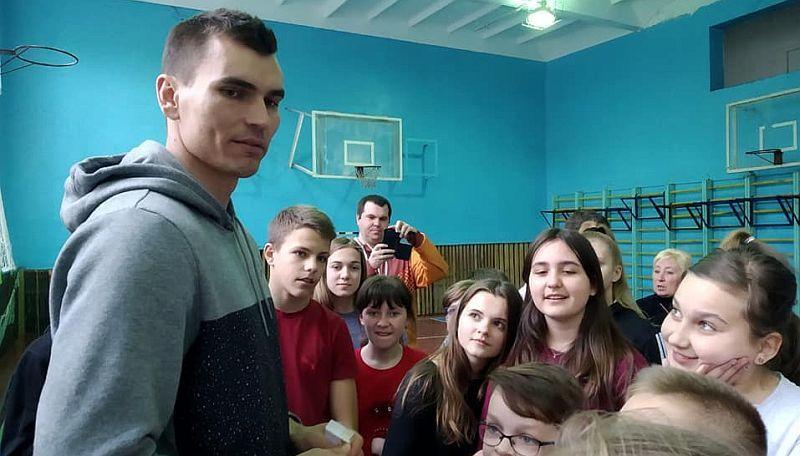 Форвард збірної України провів майстер-клас у рідній школі: фото та відео