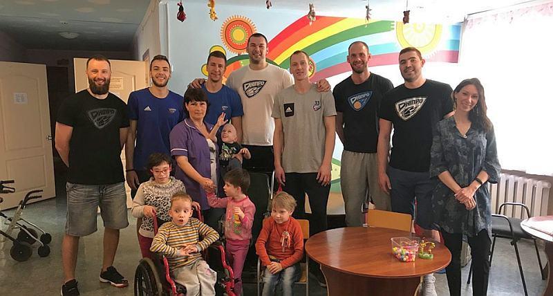 Гравці Дніпра завітали з подарунками в дитячий інтернат