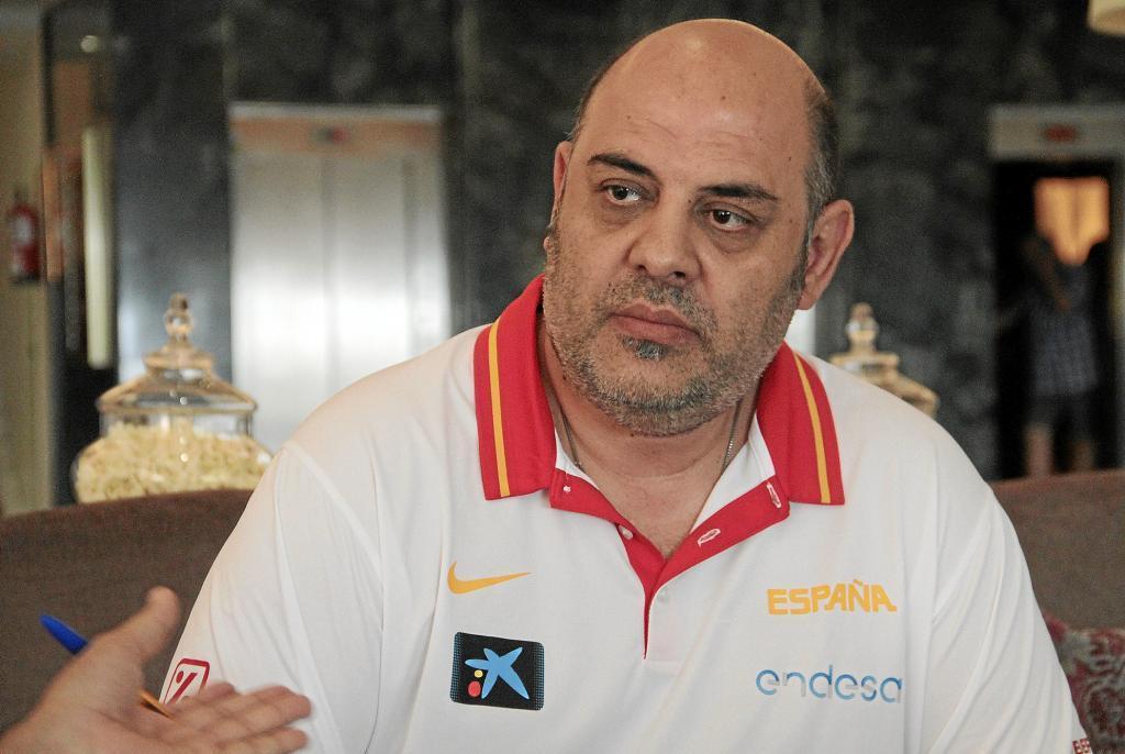 Лукас Монедело заборонив гравчиням давати інтерв'ю перед матчем із Україною