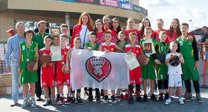 Баскетболісти Рівного з розмахом зустріли День фізичної культури та спорту