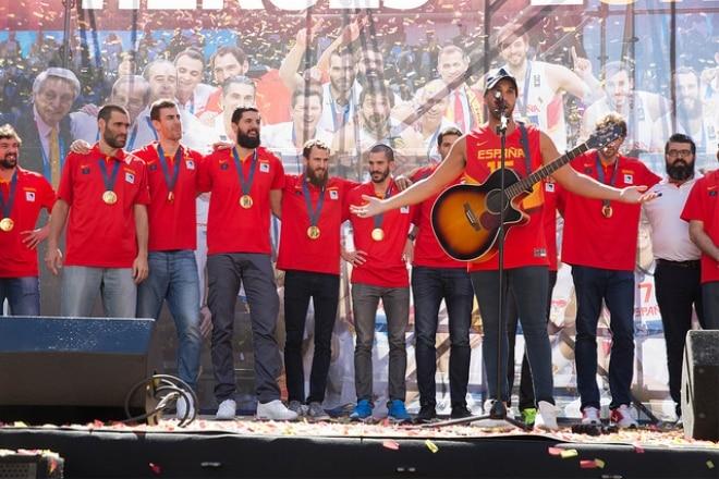 Тисячі вболівальників святкували золото ЄвроБаскету у центрі Мадрида - ФОТО