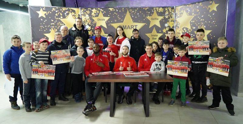 Лідери Суперліги Парі-Матч провели автограф-сесію з уболівальниками
