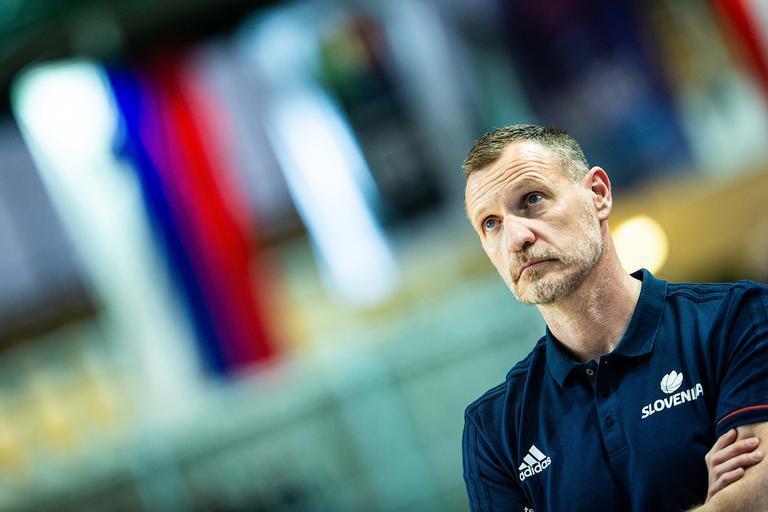 Суперник збірної України звільнив головного тренера