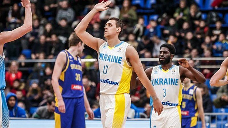 Гравець збірної України поспілкується з вболівальниками