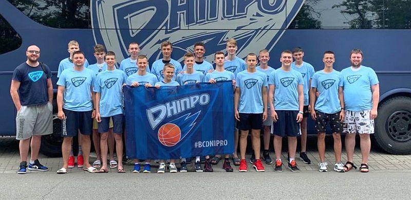 Юнацька команда Дніпра вирушила на передсезонні збори