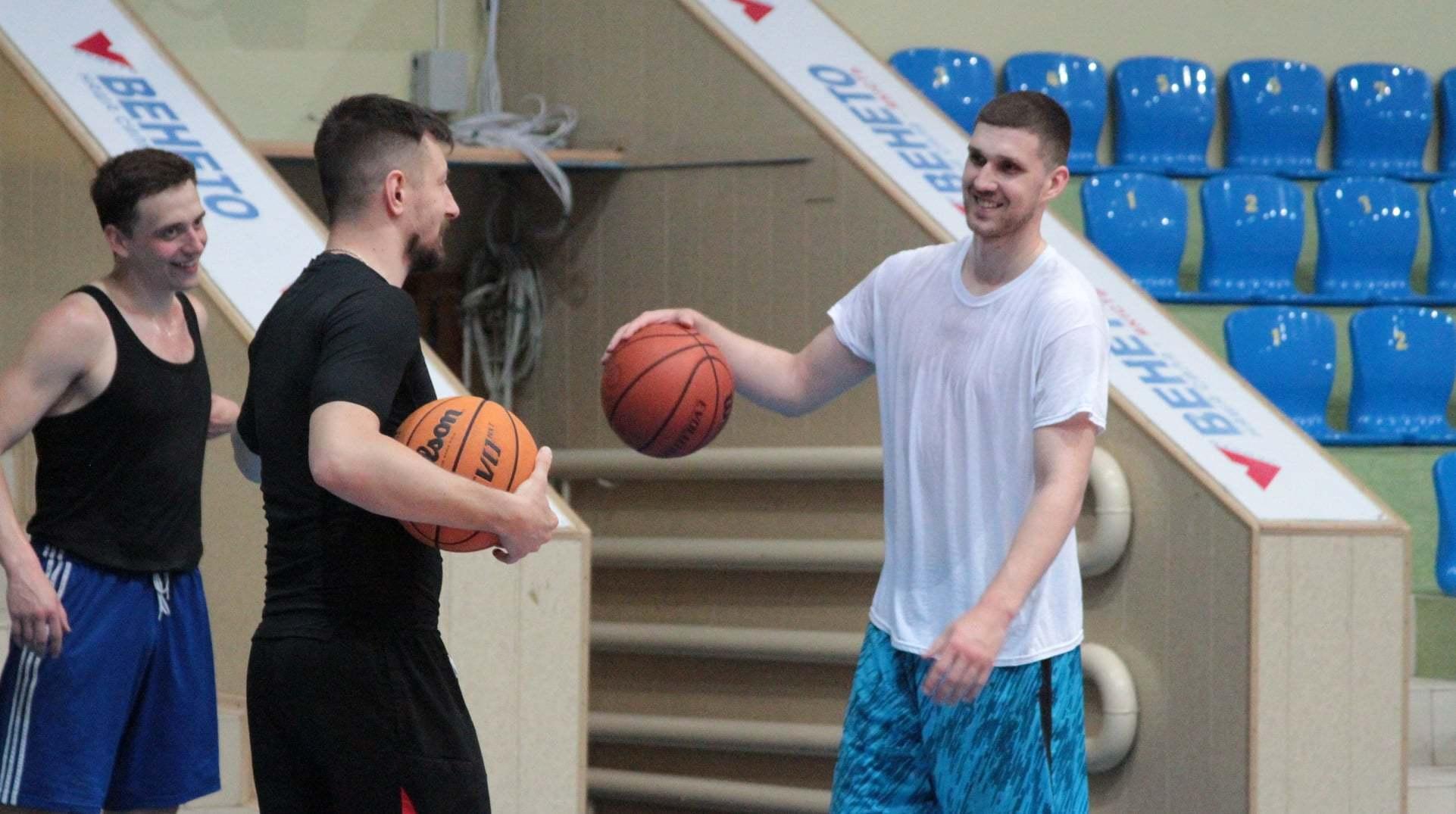 Святослав Михайлюк після сезону в НБА прибув до рідних Черкас та тренується з Мавпами