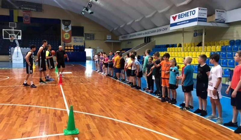 Баскетболісти Черкаських Мавп провели майстерклас для школярів