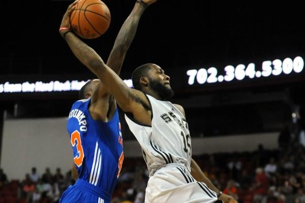 """Захисник """"Сан-Антоніо"""" виконав ефектний данк в НБА: відео моменту"""