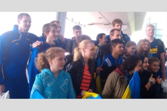 Збірну України в аеропорту зустрічали десятки вболівальників